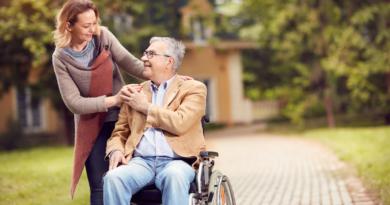 Ennyivel emelkedik a rokonaikat otthon ápolók állami támogatása