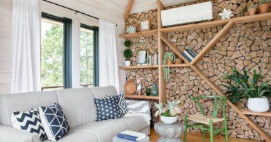 A kandallós nappalik éke: Hangsúlyos fal tűzifával burkolva