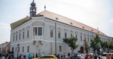 Bárki besétálhat az utcáról a régi városháza tömlöcébe – Szabó Leventével jártuk be a most átadott, középkori alapokon nyugvó házat