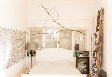 A hálószobákban is a fehér és a fa lesz a trendi!