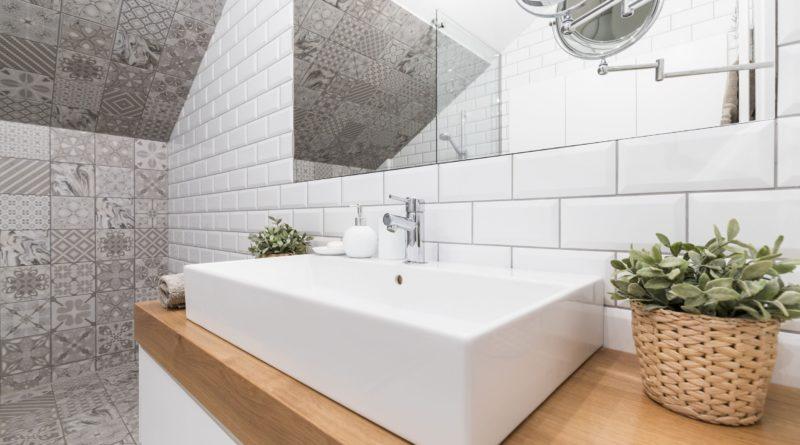 Fehér és fa az időtálló design a fürdőszobákban is