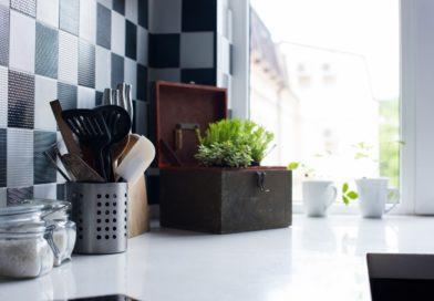 A konyhaszekrény tapétázáson túl: 7 filléres ötlet, amivel feldobhatod a konyhád!
