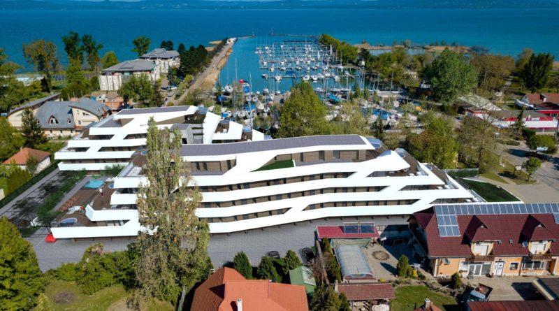 Balatonszemes: jacht formájú luxusház épül a kikötőnél
