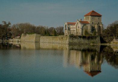 """Csodás otthonokkal vár a """"vizek városa"""": Tata"""