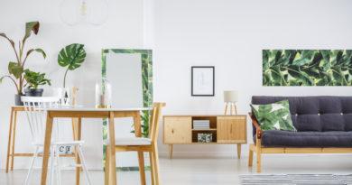 Zöld levelekkel teli fal, mintás kanapé: ez lesz a legmenőbb lakástrend idén