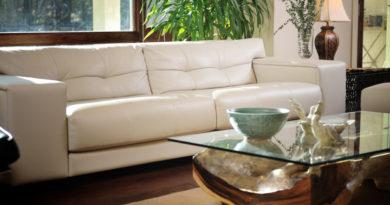 A műbőr kanapé álomszépen felújítható ezzel a házi módszerrel: a foltokat és a beszürkülést is kihozza